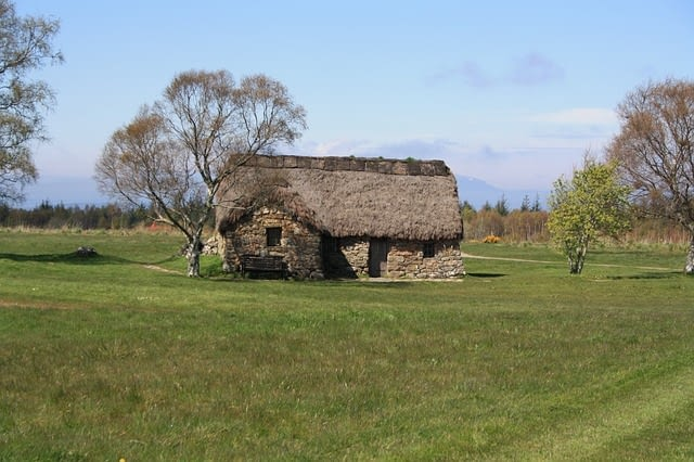 Picture of a straw shack in a field of Culloden