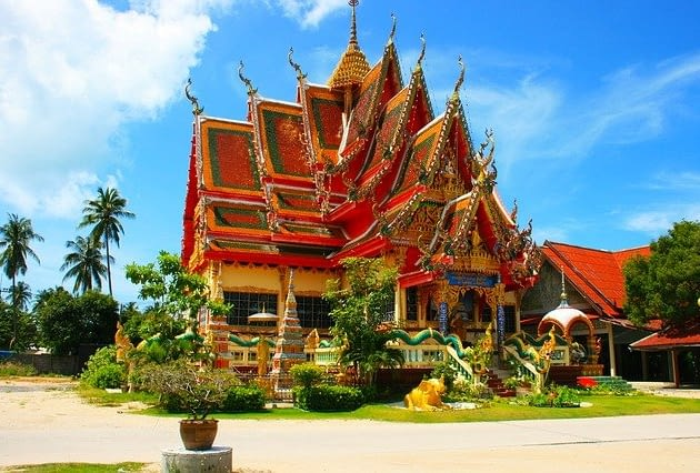 Picture of a stunning temple in Thailand set against a beautiful blue sky