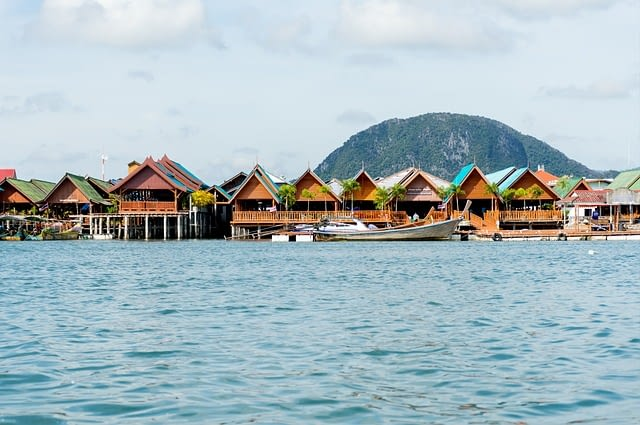 Picture of houses lining the water at PanYee Island Thailand