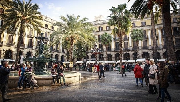 Picture of a public square in Barcelona Easily accessible and filled with people